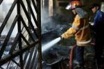 Petugas pemadam kebakaran (PMK) Solo melakukan pembasahan terhadap puing sisa kebakaran toko sembako milik Warsisni di Karangasem, RT 004/RW 001, barat Pasar Kleco, Solo, Jawa Tengah, Rabu (20/8/2014). Pembasahan itu perlu dilakukan agar api tidak kembali menyala. (Sunaryo Haryo Bayu/JIBI/Solopos)