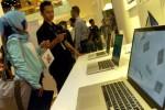 Pengunjung melihat sejumlah produk Machintosh yang dipajang di salah satu gerai Apple di Jakarta, belum lama ini. Pada kuartal III tahun 2014 ini, Apple berhasil menjual produk Mac 4,4 juta unit, naik dari tahun sebelumnya di kuartal yang sama di bawah 4 juta unit. Machintosh adalah satu-satunya produk Apple yang berhasil naik penjualannya, sementara produk Ipad, Ipod dan Iphone menurun di kuartal III tahun 2014. (Rachman/JIBI/Bisnis)