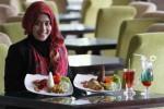 Anggota staf Syariah Hotel Solo, Wisti Valerina, menunjukkan menu makanan ayam proklamasi dan ayam merah putih yang disiapkan hotel tempatnya bekerja untuk menyambut HUT RI 2014, Rabu (13/8/2014). Menu makanan bernuansa kemerdekaan tersebut dijual Syariah Hotel Solo, Sukoharjo dengan harga Rp45.000 per porsi. (Septian Ade Mahendra/JIBI/Solopos)