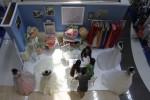Lina, 23, penjaga salah satu stan Luxury Wedding Fair 2014 di Hartono Lifestyle Mall, Solo Baru, Sukoharjo, memberi penjelasan kepada pengunjung, Kamis (28/8/2014). Pameran yang berlangsung 28-31 Agustus tersebut menampilkan berbagai usaha penyedia perlengkapan pernikahan, event organizer, make up, hingga dokumentasi pernikahan. (Septian Ade Mahendra/JIBI/Solopos)