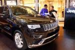 Seorang warga berkonsultasi dengan pegawai PT Garansindo Inter Global di samping mobil Jeep yang dipamerkan di satu pusat perbelanjaan di Jakarta, Senin (11/8/2014). PT Garansindo Inter Global berencana meluncurkan All New Jeep Cherokee dengan varian baru, yaitu Trail Hawk, September 2014 mendatang. Mobil terbaru itu ditargetkan berkontribusi 20% pada penjualan SUV perseroan tersebut. (Dwi Prasetya/JIBI/Bisnis)