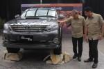 Wakil Presiden Direktur PT Toyota Astra Motor (TAM) Suparno Djasmin (kiri) didampingi Direktur Marketing Rahmat Samulo berbincang pada peluncuran varian terbaru dari SUV andalan perusahaan itu, yakni Toyota Fortuner G 4X4 VNT Diesel A/T di Jakarta, Selasa (5/8/2014). Mobil dengan mesin berfitur common rail dengan intercooler yang mampu memproduksi tenaga sebesar 144 PS pada 1.600 rpm dan torsi 143 Nm mampu memenuhi kebutuhan konsumen yang hobi dengan kendaraan penggerak 4x4. (Nurul Hidayat/JIBI/Bisnis)