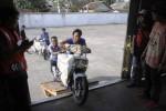 Pekerja menaikkan sepeda motor milik pemudik ke gerbong kereta api barang di Stasiun Solo Jebres, Jawa Tengah, Senin (4/8/2014). Sepeda motor yang hendak dikirim wilayah perantau oleh pemudik yang meramaikan arus balik musim mudik Lebaran 2014 itu merupakan bagian dari layanan mudik bersubsidi pemerintah. (Septian Ade Mahendra/JIBI/Solopos)