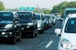 Arus lalu lintas kendaraan berrmotor dari Bandung ke Jakarta yang melintas di jalan tol Cipularang (Cikampek-Purwakarta-Padaklarang), Jawa Barat, tampak padat merayap, Minggu (3/8/2014). Tingginya volume kendaraan pada arus balik mudik Lebaran 2014 melalui jalan tol ini menyebabkan terjadi kepadatan kendaraan bermotor di Km 74 hingga 42. (Rachman/JIBI/Bisnis)