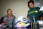 Kapolsek Jebres Kompol Edison Panjaitan (kiri) memeriksa Mario Agung Setiawan alias Nyoyo, 27, yang ditangkap jajarannya gara-gara kedapatan membawa 9 paket narkoba jenis sabu-sabu (SS) di Jl. Monginsidi, Tegalharjo, Jebres, Solo, Jawa Tengah, Selasa (26/8/2014). Dalam penangkapan tersebut petugas juga menyita sepucuk pistol gas, pesawat telepon seluler dan bong alias alat isap SS. (Sunaryo Haryo Bayu/JIBI/Solopos)