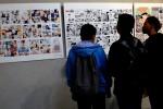 """Pengunjung memerhatikan deretan karya komik dalam acara Final Day C-Generation 2028 yang diselenggarakan Negeri Komik di Gedung Indonesia Menggugat, Bandung, Jawa Barat, Sabtu (23/8/2014). Negeri Komik memamerkan 20 dari 450 karya komik yang diambil dari sosialisasi media online dan roadshow di Bandung, Jakarta, Surabaya, Denpasar, dan Jogja. Acara ini mengangkat tema """"Harapan Pemuda Indonesia"""" yang mengangkat permasalahan anak muda Indonesia. (JIBI/Solopos/Antara/Agus Bebeng)"""