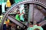 Dua pekerja berada di antara komponen mesin giling tebu di PG Kremboong, Sidoarjo, Jawa Timur, Kamis (14/8/2014). PT Perkebunan Nusantara X menginvestasikan dana Rp170 miliar untuk revitalisasi PG Kremboong Sidoarjo agar pabrik gula yang dulu sempat akan ditutup itu mampu bangkit kembali. (JIBI/Solopos/Antara/Eric Ireng)