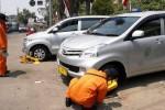 FOTO PARKIR SOLO : Langgar Larangan Parkir, Roda Taksi Digembok