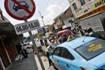 Polisi memberikan bukti pelanggaran (tilang) kepada sopir taksi di Jl Kapten Mulyadi, kawasan Pasar Gede, Solo, Jawa Tengah, Rabu (13/8/2014). Sopir taksi itu yang melanggar rambu lalu lintas yang melarangnya melintas. (Ardiansyah Indra Kumala/JIBI/Solopos)