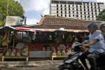 FOTO PENATAAN PEDAGANG : Pindah Penjual Buah, DPP Solo Tak Pasang Listrik
