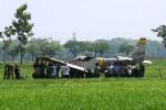 Petugas teknik TNI AU melepas beberapa bagian pesawat latih mula AS 202 Bravo yang jatuh di persawahan Desa Jogodayoh, Sukoharjo, Rabu (13/8/2014). Pesawat terbang tersebut terpaksa dipreteli untuk memudahkan proses evakuasi. (Sunaryo Haryo Bayu/JIBI/Solopos)