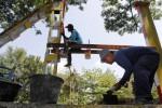 Pekerja menyelesaikan pemasangan portal jembatan kereta api Jurug, Jebres, Solo, Jawa Tengah, Rabu (20/8/2014). Perbaikan portal tersebut dilakukan dengan menambah portal ganda dan melakukan pengecatan dengan warna yang lebih cerah. (Ardiansyah Indra Kumala/JIBI/Solopos)