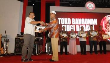 Kepala Departemen Penjualan Semen Indonesia, Bambang Djoko, memberikan piagam loyalitas pelanggan kepada Mansyur Dimhari, pemilik Toko Bangunan Berkah Jaya, saat digelar Customer Gathering Semen Indonesia di Diamond Solo Convention Center (DSCC), Solo, Jawa Tengah, Rabu (27/8/2014) malam. Pada semester I/ 2014, penjualan semen di area Solo mencapai 288.487.000 ton, meningkat 11% dibandingkan periode yang sama pada tahun 2013 lalu, yang hanya 258.453.000 ton. (Septian Ade Mahendra/JIBI/Solopos)