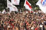 Massa pendukung calon presiden Prabowo Subianto dari berbagai elemen masyarakat memadati jalan di depan Gedung Mahkamah Konstitusi (MK), Jl. Medan Merdeka Barat, Jakarta Pusat, Rabu (20/8/2014) ini. Mereka berjanji membawa lebih banyak massa saat majelis hakim MK menggelar sidang pembacaan putusan, Kamis (21/8/2014). (Abdullah Azzam/JIBI/Bisnis)