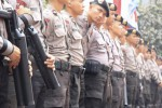 Sederet anggota Kepolisian Negara Republik Indonesia (Polri) berjaga di depan Gedung Mahkamah Konstitusi (MK), Jakarta, Rabu (20/8/2014). Polri kini memberlakukan sistem pengamanan empat ring atas Gedung MK tersebut. (Abdullah Azzam/JIBI/Bisnis)