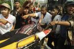 Seorang pendukung Prabowo-Hatta dilarikan ke rumah sakit dengan ambulans setelah terjadi bentrok antara polisi dan massa di Jl. Medan Merdeka, Jakarta, Kamis (21/8/2014). (Abdullah Azzam/JIBI/Bisnis)