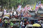 Massa pendukung calon presiden dan calon wakil presiden Prabowo Subuianto dan Hatta Rajasa menggelaraksi unjuk rasa di depan Gedung Mahkamah Konstitusi (MK), Jakarta, Jumat (15/8/2014). Begitu banyaknya massa yang hadir mebuat jalan di depan lembaga pengadil sengketa Pemilihan Umum Presiden dan Wakil Presiden (Pilpres) 2014 itu tertutup sehingga memicu kemacetan parah lalu lintas kendaraan di kawasan tersebut. (JIBI/Solopos/Antara/Andika Wahyu)