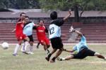 Pemain sepak bola kesebelasan Seksi Wartawan Olahraga (Siwo) Persatuan Wartawan Indonesia (PWI) Solo berusaha merebut bola rebond dari kiper kesebelasan Manajemen dan Panpel Persis Solo saat digelar pertandingan persahabatan antara kedua lembaga itu di Stadion R. Maladi, Sriwedari, Solo, Jumat (22/8/2014). Dalam pertandingan tersebut, kesebelasan Siwo PWI Solo berhasil menang 3-1 dari kesebelasan Manajemen dan Panpel Persis Solo. (Septian Ade Mahendra/JIBI/Solopos)