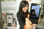 Seorang sales promotion girl (SPG) melakukan foto selfie dengan ponsel pintar Smartfreen Andromax G2 Qwerty saat peluncuran di Jakarta, Senin (25/8/2014). Smartphone terbaru tersebut selain memiliki keunggulan dengan menggunakan keypad Qwerty dan layar sentuh juga dilengkapi sistem operasi Android 4.4 Kitkat dengan processor Cortex A7 Snapdragon Dualcore 1,2 Ghz serta kamera 5MP. (Abdullah Azzam/JIBI/Bisnis)