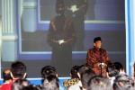 Presiden Komisaris PT Aksara Solopos Prof. Dr. H. Sukamdani Sahid Gitosardjono memberikan wejangan kru Solopos Group saat halalbihalal di halaman parkir Griya Solopos, Solo, Senin (25/8/2014) malam. (Ardiansyah Indra Kumala/JIBI/Solopos)