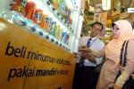 Konsumen menggunakan kartu uang elektronik (e-money) saat membeli minuman pada mesin jual otomatis di salah satu pusat perbelanjaan di Jakarta, belum lama ini. Bank Indonesia mencatat hingga Juni 2014, jumlah transaksi uang elektronik mencapai Rp331,49 miliar, dengan volume transaksi mencapai 15,61 juta transaksi. Sementara itu, jumlah instrumen uang elektronik yang beredar mencapai 31,59 juta. (Rachman/JIBI/Bisnis)