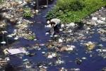 Pemulung mencari sampah di aliran sungai Kali Pepe yang melintasi wilayah Sangkrah, Pasar Kliwon, Solo, Jawa Tengah, Rabu (27/8/2014). Selain tercemar oleh limbah industri, sungai yang membelah Kota Solo dan direncanakan menjadi objek wisata air tersebut kini dipenuhi sampah plastik. (Ardiansyah Indra Kumala/JIBI/Solopos)