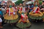 Penari ambil bagian dalam perayaan yang menandai dimulainya festival panen tahunan Onam di Kota Kochi, India bagian selatan, Jumat (29/8/2014). Festival Hindu selama sepuluh hari tersebut digelar setiap tahun di negara pesisir selatan India, Kerala. (JIBI/Solopos/Reuters/Sivaram V)