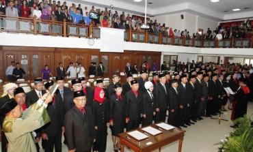Anggota DPRD mengucapkan sumpah saat Rapat Paripurna Pengambilan Sumpah dan Janji Anggota DPRD Kota Solo Periode 2014-2019 di Gedung Graha Paripurna, Karangasem, Laweyan, Solo, Jawa Tengah, Kamis (14/8/2014). Pelantikan anggota DPRD Kota Solo tersebut diikuti 23 legislator baru dan 22 wakil rakyat periode sebelumnya yang terpilih kembali. (Ardiansyah Indra Kumala/JIBI/Solopos)