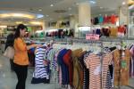 Seorang pengunjung Avalon Fashion Store Jl. dr Rajiman No. 161 (A. Nindya/JIBI/Solopos)