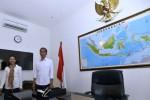 Calon presiden terpilih Joko Widodo (kanan) didampingi Kepala Staf Kantor Transisi Jokowi-JK, Rini Soewandi (kiri) kala menunjukkan ruang kerjanya seusai meresmikan pembukaan Kantor Transisi Jokowi-JK di Jl Situbondo No. 10, Menteng, Jakarta Pusat, Senin (4/8/2014). Kantor transisi tersebut akan menjadi tempat untuk mempersiapkan jalannya pemerintahan transisi dari pemerintahan Presiden SBY hingga pelantikan presiden tanggal 20 Oktober 2014, termasuk membahas pembentukan kabinet dan APBN 2015. (JIBI/Solopos/Antara/Widodo S. Jusuf)