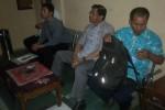 Wakil Ketua KPAI Budiharjo (dua dari kanan) bersama teman-temannya tiba di Mapolres Sukoharjo, Kamis (21/8/2014). (Iskandar/JIBI/Solopos)