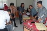 (Dari kanan ke kiri), Anggota KPU Wonogiri, Suyono dan Ketua KPU Wonogiri, Mat Nawir melihat pegawainya membuka kotak suara dan mengeluarkan dokumen Pilpres 9 Juli di Aula Kantor KPU Wonogiri, Sabtu (9/8/2014). (Trianto HS/JIBI/Solopos)