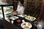 Anggota staf The Royal Surakarta Heritage, Solo, Jawa Tengah memperlihatkan caramel chocolate cake di hotel tempatnya bekerja, Rabu (13/8/2014). Selain meluncurkan caramel chocolate cake yang dijual dengan harga Rp140.000, hotel tersebut juga memperkenalkan menu makanan yang terbuat dari bebek, yaitu duck confit, bebek masak ijo, dan pan seared duck breast yang dibanderol Rp75.000 per porsinya. (Septian Ade Mahendra/JIBI/Solopos)