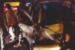 Warga megevakuasi mobil Daihatsu Espass yang mengalami kecelakan di kawasan Pedaringan, Jebres, Solo, Selasa (19/8/2014). (Febri Resky P/JIBI/Solopos)