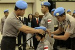 Kapolri Jenderal Pol. Sutarman (kiri) memakaikan baret biru kepada anggota Kontigen Garuda Bhayangkara yang tergabung dalam misi pemeliharaan perdamaian PBB di Mabes Polri, Jakarta Selatan, Jumat (8/8/2014) lalu. (JIBI/Solopos/Antara/Muhammad Adimaja)
