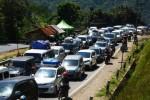 Antrean kendaraan pemudik memadati ruas Jalan Lingkar Gentong, Kadipaten Tasikmalaya, Jawa Barat, Jumat (1/8/2014). Memasuki H+4 Lebaran, arus balik yang melintasi jalur selatan itu masih ramai lancar. (JIBI/Solopos/Antara/Adeng Bustomi)