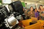 "Menteri Kelautan dan Perikanan Sharif C Sutarjo (kedua dari kiri) didampingi Dirjen Perikanan Budaya Kementerian Kelautan dan Perikanan Slamet Soebjakto (kedua dari kanan) mendengarkan penjelasan dari salah seorang peserta Pameran Indonesian Aquaculture yang diselenggarakan oleh Kementerian Kelautan dan Perikanan di Parkir Timur Senayan, Jakarta, Selasa (26/8/2014). Pameran tersebut digelar sebagai wadah untuk memaparkan hasil pembangunan bidang perikanan yang diikuti oleh instansi pemerintah, pelaku usaha, serta perbankan. Pameran tersebut mengangkat tema ""Aquaculture for Business and Food Security"". (Abdullah Azzam/JIBI/Bisnis)"