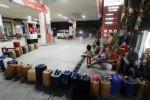 Sejumlah warga menunggu kiriman bahan bakar minyak (BBM) jenis Premium dan Pertamax yang telah habis di salah satu stasiun pengisian bahan bakar umum (SPBU) di tepi jalur jalan pantai utara (pantura) Pulau Jawa, di wilayah Indramayu, Jawa Barat, Minggu (24/8/2014) malam. Kelangkaan BBM tersebut merupakan konsekuensi dari kebijakan pembatasan BBM bersubsidi yang disesuaikan dengan kuota. Akibat pembatasan BBM bersubsidi tersebut, warga harus mengantre dan menunggu hingga malam hari untuk mendapatkan BBM yang mereka butuhkan. (JIBI/Solopos/Antara/Dedhez Anggara)