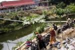 Pekerja menyelesaikan pembuatan talut Jembatan Komplang, Banjarsari, Solo, Jawa Tengah, Kamis (28/8/2014). Kawasan Komplang akan dijadikan ruang terbuka hijau (RTH) Kota Solo. Sementara itu, pembangunan Taman Komplang masih menunggu PKL yang akan direlokasi ke Selter Komplang, akhir September 2014 mendatang. (Ardiansyah Indra Kumala/JIBI/Solopos)