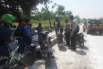 Petugas dari Polsek Mojosongo memberikan pembinaan terhadap para pelajar yang nongkrong di kawasan Boulevard Soekarno, Rabu (27/8/2014). (Septhina Ryanthie/JIBI/Solopos)