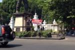 Pendukung Prabowo pasang spanduk di Gladak Solo, Kamis (21/8/2014). (Demis Ricky G/JIBI/Bisnis)