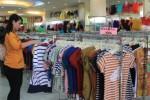 Pengunjung tengah memilih baju di Toko Avalon, Coyudan, Solo