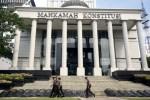 Sejumlah polisi melintasi tameng yang diletakkan di depan Gedung Mahkamah Konstitusi Jakarta, Selasa (5/8/2014). Polri menyiapkan 22.000 personel untuk mengamankan gedung MK selama berlangsungnya proses persidangan sengketa Pilpres 2014 yang sidang perdananya dijadwalkan Rabu (5/9/2014) ini. (JIBI/Solopos/Antara/Wahyu Putro A.)