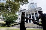 Dua polisi bersalaman tatkala berjumpa di tempat penugasan mereka di Gedung Mahkamah Konstitusi Jakarta, Selasa (5/8/2014). Polri menyiapkan 22.000 personel untuk mengamankan gedung MK selama berlangsungnya proses persidangan sengketa Pilpres 2014. (JIBI/Solopos/Antara/Wahyu Putro A.)