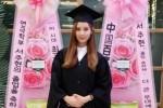 Seohyun SNSD saat wisuda (allkpop.com)