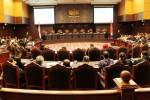 Suasana sidang putusan perselisihan hasil pemilihan umum Pilpres 2014 di Mahkamah Konstitusi, Jakarta, Kamis (21/8/2014). Dalam sidang putusan itu, majelis hakim konstitusi membacakan sekitar 300 lembar halaman amar putusan dari jumlah total dokumen putusan yang mencapai lebih dari 4.000 halaman. (Dwi Prasetya/JIBI/Bisnis)