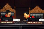 Ketua Mahkamah Konstitusi (MK) Hamdan Zoelva (kiri), berdiskusi dengan Hakim Konstitusi Ahmad Fadlil Sumadi, di sela-sela sidang putusan perkara perselisihan hasil Pemilihan Umum Presiden dan Wakil Presiden tahun 2014 2014 di Mahkamah Konstitusi Jakarta, Kamis (21/8/2014). (Dwi Prasetya/JIBI/Bisnis)