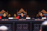 Ketua Mahkamah Konstitusi (MK) Hamdan Zoelva (tengah), memukul palu, didampingi Hakim Konstitusi Ahmad Fadlil Sumadi (kanan), dan Hakim Konstitusi Arief Hidayat, saat sidang Putusan perkara Perselisihan Hasil Pemilihan Umum Presiden dan Wakil Presiden tahun 2014 di Mahkamah Konstitusi Jakarta, Kamis (21/8/2014). (Dwi Prasetya/JIBI/Solopos)