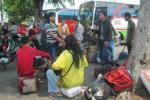 Para pemudik menunggu keberangkatan bus di Terminal Pilangsari, Sragen, Sabtu (2/8/2014). Puncak arus balik Lebaran 2014 di terminal tersebut diperkirakan terjadi pada Sabtu. (Taufiq Sidik/JIBI/Solopos)