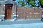 Seorang warga kecele tidak bisa masuk Umbul Tirto Mulyo, di DEsa Kemasan, Sawit, Boyolali, yang pintunya tutup, Kamis (28/7/2014). (Irawan Sapto Adhi/JIBI/Solopos)